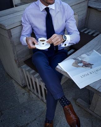 Cómo combinar: corbata azul marino, zapatos oxford de cuero marrónes, pantalón de vestir azul marino, camisa de vestir de rayas verticales en blanco y azul