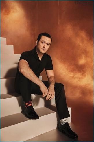 Cómo combinar: calcetines estampados blancos, zapatos oxford de cuero negros, pantalón de vestir negro, camisa polo negra
