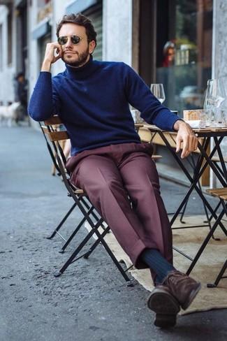 Cómo combinar: gafas de sol negras, zapatos oxford de ante en marrón oscuro, pantalón de vestir burdeos, jersey de cuello alto azul marino