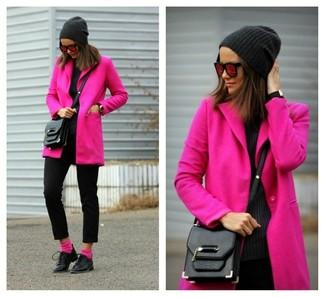 Cómo combinar: bolso bandolera de cuero negro, zapatos oxford de cuero negros, pantalones pitillo de lana negros, abrigo rosa
