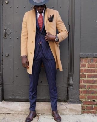Combinar una corbata a lunares roja: Emparejar un abrigo largo marrón claro junto a una corbata a lunares roja es una opción incomparable para una apariencia clásica y refinada. Zapatos oxford de cuero en marrón oscuro son una opción muy buena para completar este atuendo.