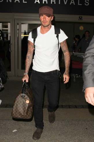 Cómo combinar: mochila negra, zapatos oxford de ante en marrón oscuro, vaqueros negros, camiseta con cuello circular blanca