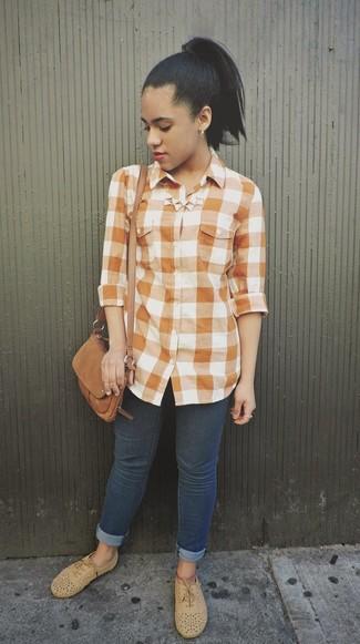 Cómo combinar: bolso bandolera de ante marrón, zapatos oxford de ante marrón claro, vaqueros pitillo azul marino, camisa de vestir de cuadro vichy naranja