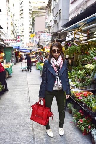Cómo combinar: bolsa tote de cuero roja, zapatos oxford de cuero blancos, vaqueros pitillo verde oscuro, chaqueta motera azul marino