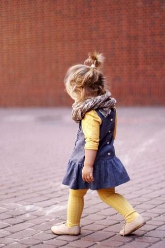 Cómo combinar: bufanda gris, zapatos oxford en beige, vestido azul, jersey amarillo