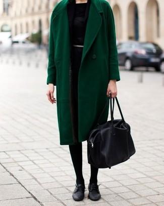 Cómo combinar: bolsa tote de cuero negra, zapatos oxford de cuero negros, vestido tubo negro, abrigo verde