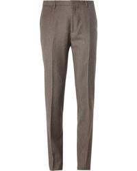 Casa un abrigo largo azul marino con un pantalón de vestir para un perfil clásico y refinado.