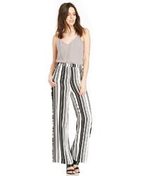 Pantalones anchos de rayas verticales en blanco y negro