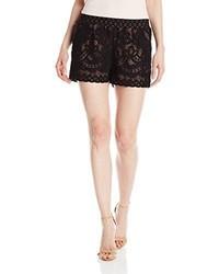 Pantalones cortos de encaje negros de BCBGMAXAZRIA