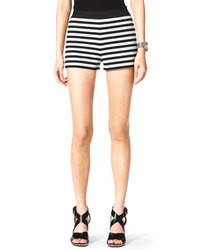 Pantalones cortos de rayas horizontales en blanco y negro
