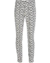 Pantalones pitillo con estampado geométrico en blanco y negro de Diane von Furstenberg
