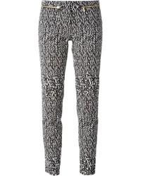 Pantalones pitillo estampados en negro y blanco de Versace