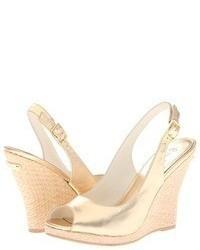 Sandalias con cuña de cuero doradas