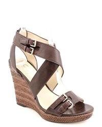 Sandalias con cuña de cuero en marrón oscuro
