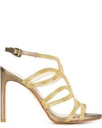 Sandalias de cuero con adornos doradas de Stuart Weitzman