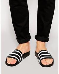 Sandalias de goma de rayas horizontales en blanco y negro