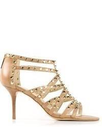 Sandalias de tacón de cuero con tachuelas marrón claro de MICHAEL Michael Kors