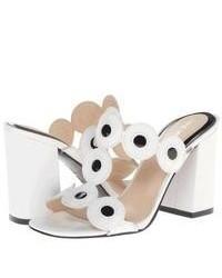 Sandalias de tacón de cuero en blanco y negro