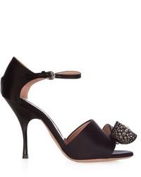 Sandalias de tacón de satén con adornos negras