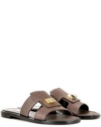 Sandalias planas de cuero con adornos en marrón oscuro