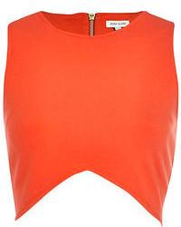 Opta por una falda skater y un top corto para un look agradable de fin de semana.