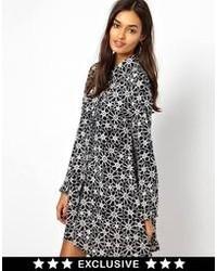 Vestido amplio con print de flores en negro y blanco