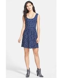 Outfit con vestido azul marino con blanco
