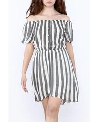Vestido con hombros al descubierto de rayas verticales gris