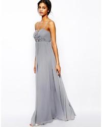 Vestido de noche con adornos gris