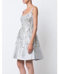 Vestido de vuelo con adornos plateado de Marchesa
