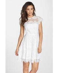 Vestido de vuelo de encaje blanco