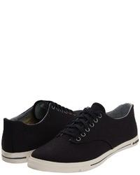992cc46bcdf2e Cómo combinar unas zapatillas plimsoll negras con una camisa de ...