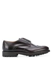 Zapatos brogue de cuero gruesos en marrón oscuro de Doucal's