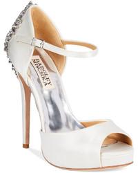 Zapatos de tacón con adornos blancos