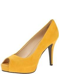 Zapatos de tacón de ante amarillos de Nine West