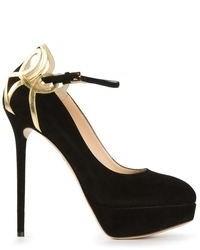 Zapatos de tacón de ante en negro y dorado de Charlotte Olympia