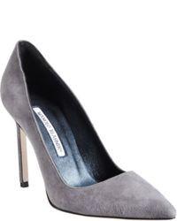 Zapatos de tacón de ante grises