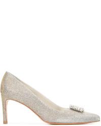 Zapatos de tacón de cuero con adornos dorados de Stuart Weitzman