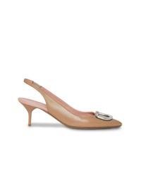 Zapatos de tacón de cuero con adornos marrón claro de Burberry