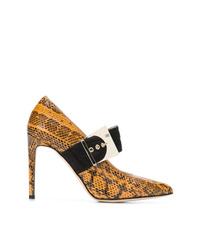 Zapatos de tacón de cuero con print de serpiente en tabaco de Chloe Gosselin