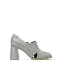 Zapatos de tacón de cuero con recorte grises de Studio Chofakian