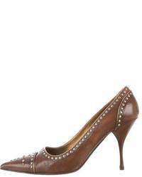 Zapatos de tacón de cuero con tachuelas marrónes