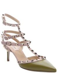 Zapatos de tacón de cuero con tachuelas verde oliva