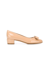 Zapatos de tacón de cuero en beige de Salvatore Ferragamo