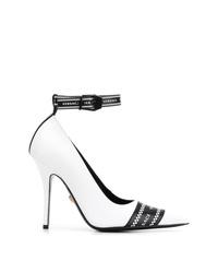 Zapatos de tacón de cuero estampados en blanco y negro de Versace