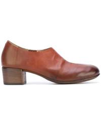 Zapatos de tacón de cuero gruesos marrónes