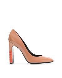 Zapatos de tacón de cuero marrón claro de Bottega Veneta