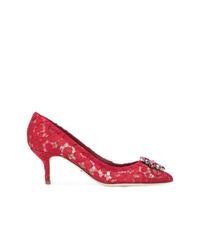Zapatos de tacón de encaje con adornos rojos de Dolce & Gabbana