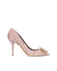 Zapatos de tacón de encaje con adornos rosados de Dolce & Gabbana
