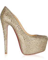 Zapatos de tacón de lentejuelas con adornos dorados
